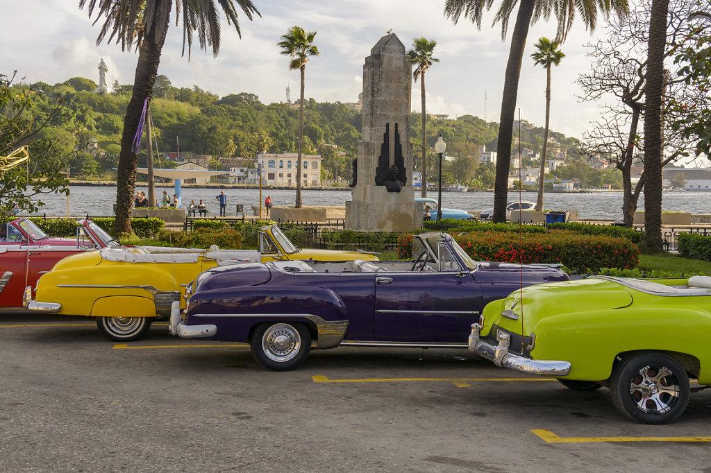 4. Havana - Oldtimers wachten op toeristen