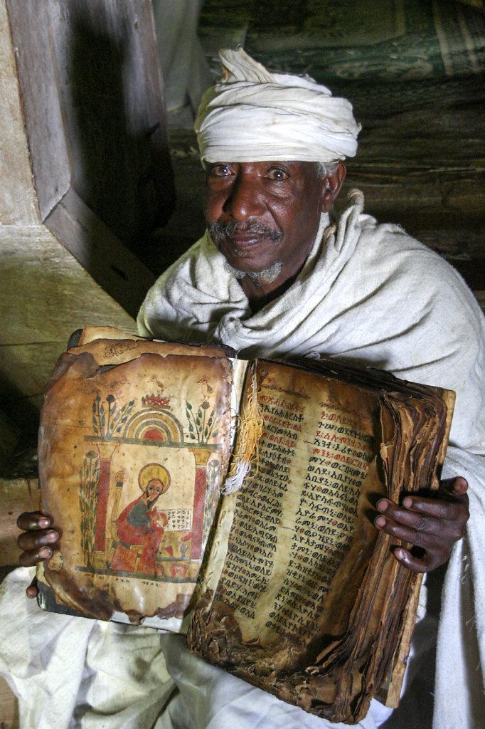 9. Ethiopie - Meer van Tana. Priester in kerk
